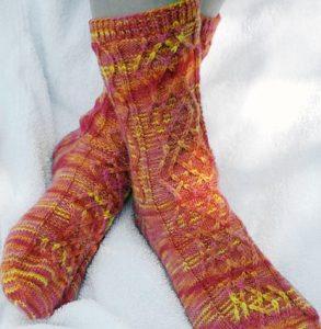Tricoter des chaussettes chinée et torsades