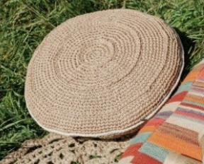 Tricoter un coussin en raphia