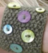 Tricoter un bracelet avec des boutons