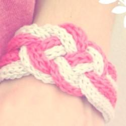 Tricoter un bracelet au tricotin