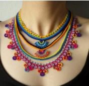 Tricoter un collier au crochet tout en couleur